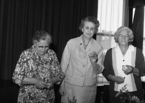 A3377 - 3 dames krijgen zilveren penning gemeente