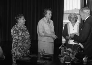 A3378 - 3 dames krijgen zilveren penning gemeente