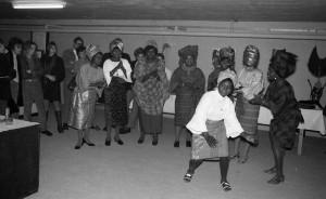 B2316 - Nigeriaanse dansers bezoeken de tentoonstelling over Afrika