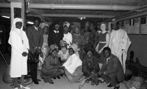 B2317 - Nigeriaanse dansers bezoeken de tentoonstelling over Afrika