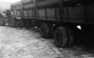 B2738 - Vrachtwagen rijdt tegels stuk