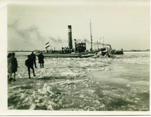 B4856 - Schuit door de ijsschotsen