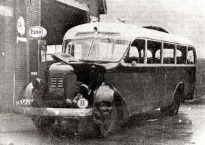 HKK2-A0348 - Autobus bij de garage