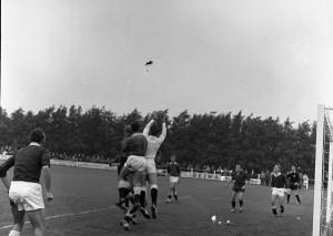 HKK2-A0996 - Keeper vangt de bal na voorzet